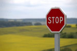 Panneau de signalisation attention